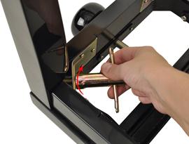 Festziehen der Schraube mit beigelegtem Werkzeug